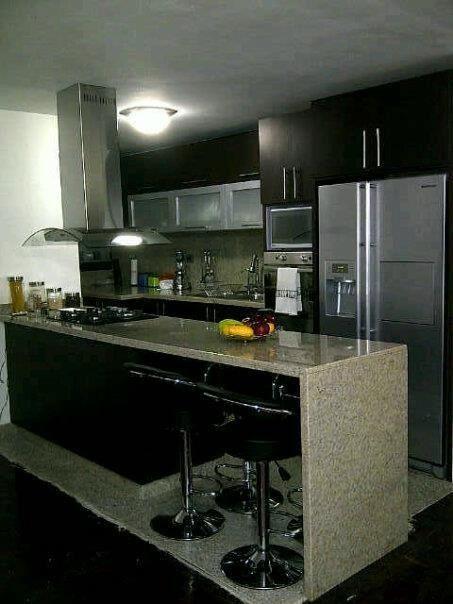 Cocina con isla y barra incorporada cocinas peque as y for Barras para cocinas pequenas