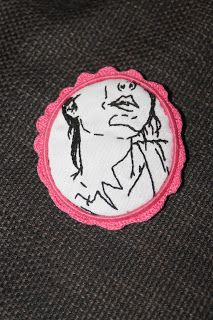 solo1ratito: broche camafeo de ganchillo con ilustración bordada. crochet cameo brooch with embroidered illu.