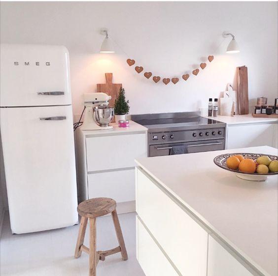 smeg kühlschrank und smeg herd - weihnachtsdeko in der küche