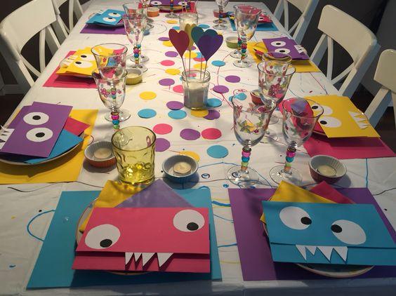 Mesa colorida y monstruosa