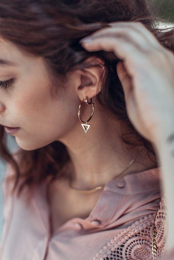 Stylische Ohrringe im 80er-Look getragen von Fashion Bloggerin Leonie Rachel