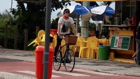 www.djestransporetes.com.br Christiane Torloni relaxa andando de bicicleta na praia