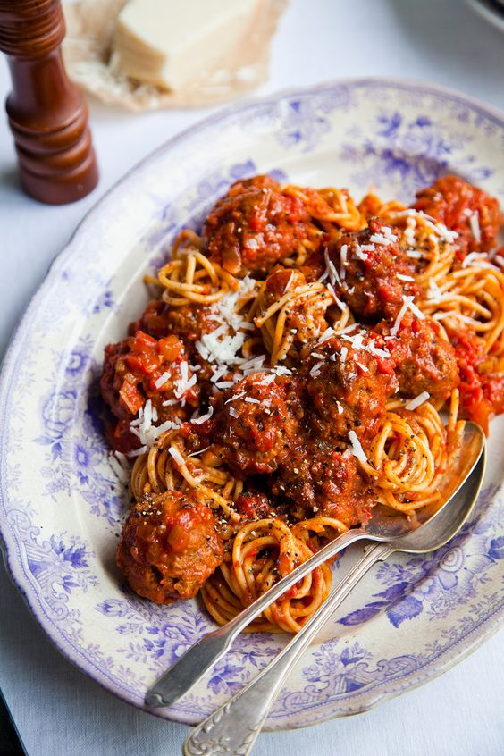 Deze gehaktballetjes kun je voor zoveel gerechten gebruiken. Ze zijn ook heerlijk als ze geserveerd worden in een rijke vleesjus met aardappelpuree of probeer de Amerikaanse manier en beleg een broodje met de overgebleven gehaktballetjes en tomatensaus.