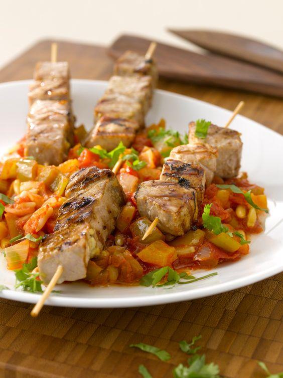 So machst du die besten Thunfischspieße vom Grill, die du je gegessen hast.  Lecker in Olivenöl angebratenes Sellerie-Tomaten-Zwiebel-Gemüse passt perfekt dazu.  So gehts: http://eatsmarter.de/rezepte/gegrillte-thunfischspiesse-mit-sellerie-und-tomaten