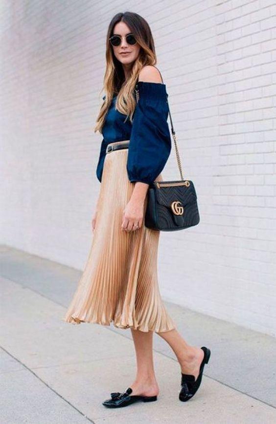 Saia midi plissada, blusa ombro a ombro azul marinho e flat mule preta.