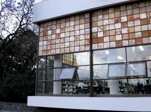 Onyx cristales de las ventanas de la biblioteca central de for Piscina ciudad universitaria