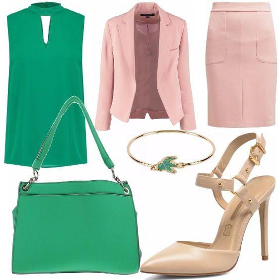 Outfit lavoro composto da una camicetta verde smeraldo con una scollatura sul décolleté, una giacca rosa e pendant con la gonna tubino, delle eleganti décolleté color nude, una shopping bag capiente, adatta all'ufficio e un bracciale oro con dettaglio verde per completare il look.