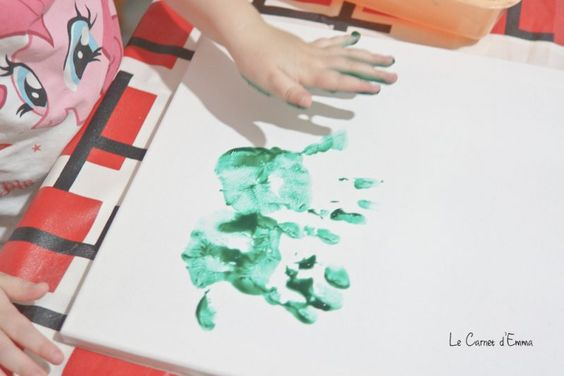 Jour 4 - Des sapins et des traces de mains - Le Carnet d'Emma  Activité manuelle DIY Noël Christmas Activité à faire avec les enfants