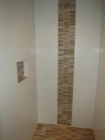 Ablage In Der Dusche Und Bordüre Aus Mosaik In Holzoptik | Fliesen