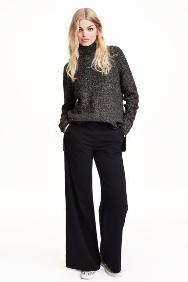 Pantaloni ampi: Pantaloni in tessuto con gamba ampia e vita alta. Tasche laterali e finte tasche dietro. Cerniera nascosta sul fianco.