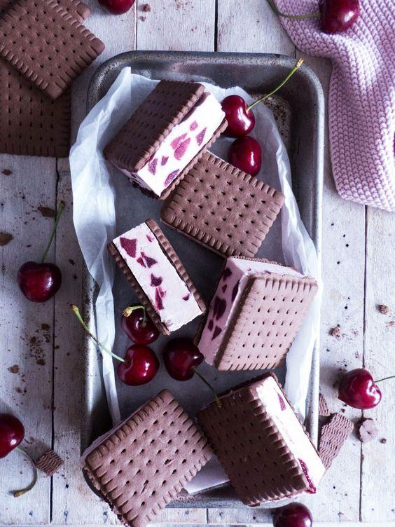 Kirsch Cookie-Eis Sandwiches mit Kakao Keksen | Meine Küchenschlacht