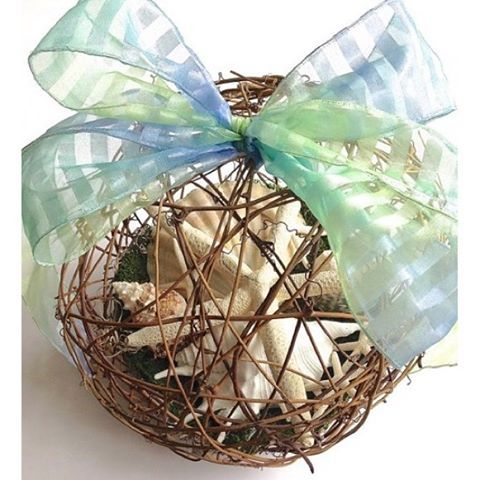 Starfish and grapevine pomander with shells and a green-blue ribbon. Great for nautical wedding decor! #nauticaldecor #nauticalwedding #pomander #starfish https://www.etsy.com/listing/231342451/starfish-grapevine-pomander-xl-10?ref=shop_home_active_11 By Instagramer @trio.artisan.designs