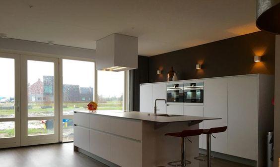 Referentie Wildhagen | Moderne ruime keuken met kookeiland en kastenwand. https://www.facebook.com/wildhagen.nl/posts/800277926743942 #designkeukens