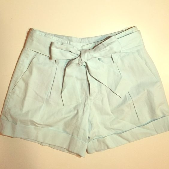 Club Monaco Kayla Short Kayla short. Pantalons Courts. Color: Blue Fog/Bleu Brume. Never worn. New with tag. Its cute to style it anyway you want. I'll prefer skinny top with this :) Club Monaco Pants