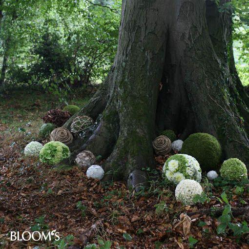 Florale Kugeln, schöne Idee für eine Waldbestattung.