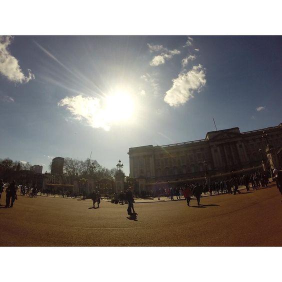 BUCKINGHAM PALACE  #buckingham #buckinghampalace #london #greatbritain #wanderlust #travel #travelling #travelingram #instatravel #gopro by elizelagzdkalne