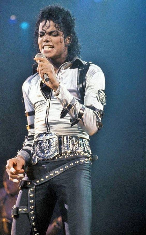歌っているマイケルジャクソン