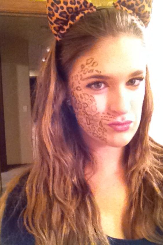 Cheetah design using eyeliner and eyeshadow!