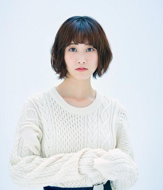 白いニットのセーターを着てる松井玲奈