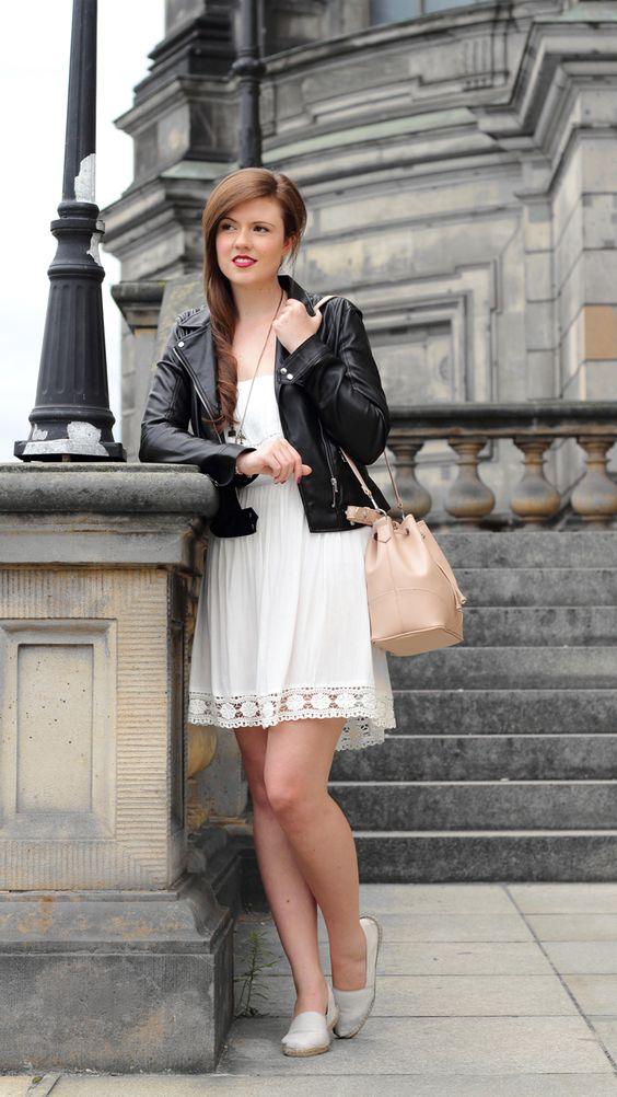Weißes Sommerkleid in Kombination mit einer schwarzen Lederjacke von Zara. Beuteltasche von Mango. Streetfashion. Streetstyle. Fashionblogger. Brunette. Girl