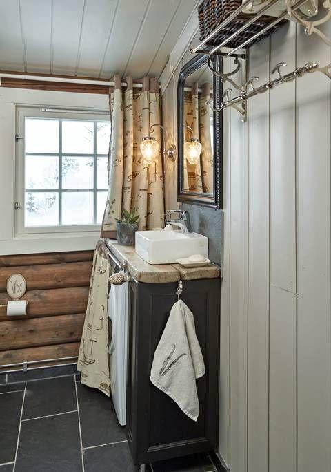 Bad: badet har en mønstrete gardin, stram servant og grov ...