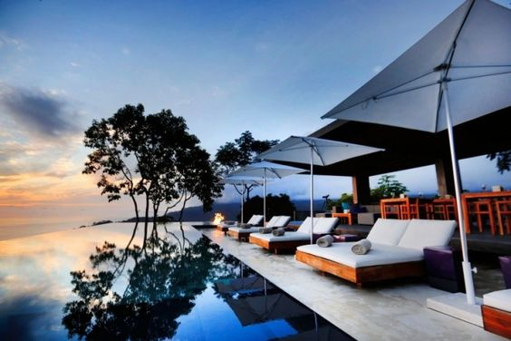 Kura-Design-hotel-Ozeanblick-hohe-Lage-Terrasse-Lounge-Möbel-infinity-pool.jpeg 700×467 Pixel