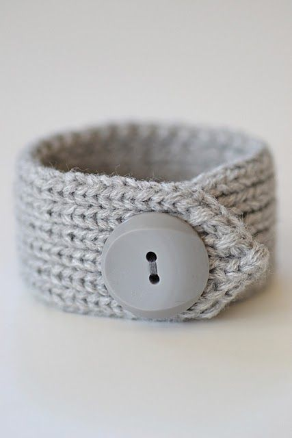 Bracelet made from an old cardigan cuffling..... I am getting a brain storm... It may work and it may not, we will see