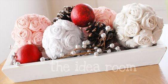 Auf der Suche nach hübsche Dekorationen für zu Hause oder für ein großes Fest? Wir zeigen Dir, wie man eine wunderschöne Rosenkugel aus Krepppapier basteln kann. Die Rosen sind leicht zu machen und kosten nicht viel. Du brauchst nur: Krepppapier i...