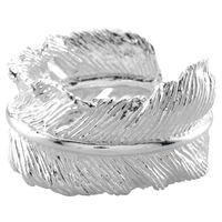 Ring met veer SKYE: Echt een plaatje, deze ring die als een veertje om je vinger zit. De ring is verstelbaar en daarom te bestellen in één maat. Deze ring met veer maakt deel uit van de collectie Jump in the sky. Gemaakt van echt 925 sterling zilver.