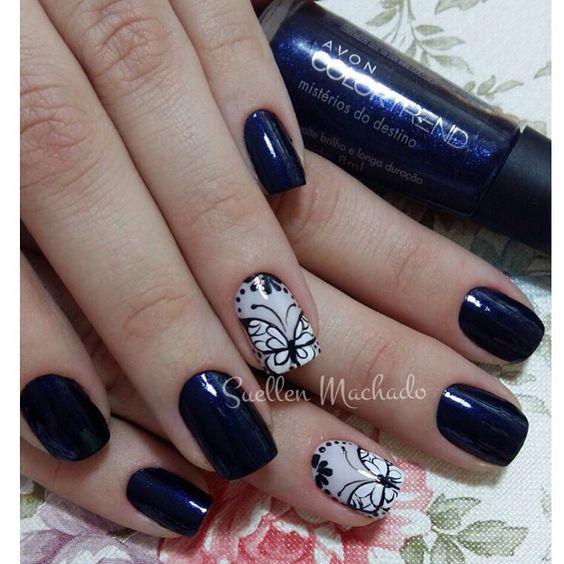 Unhas de borboletas. Unhas azuis. Nail art. Traços livres, no pincel, tudo feito à mão.
