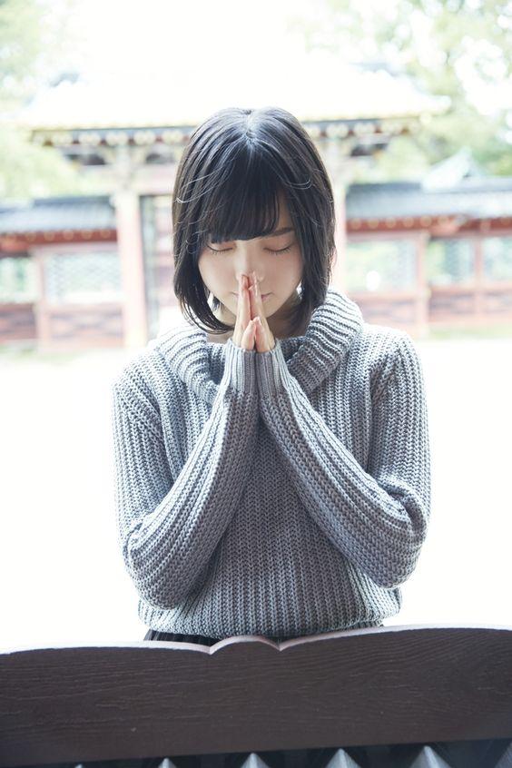 神社で手をあわせる平手友梨奈