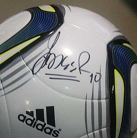 Pelota Adidas autografiada por James Rodriguez.