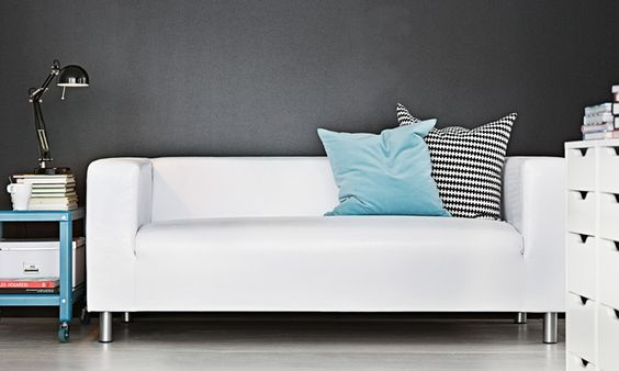 Sofá de dos plazas KLIPPAN de piel artificial blanca