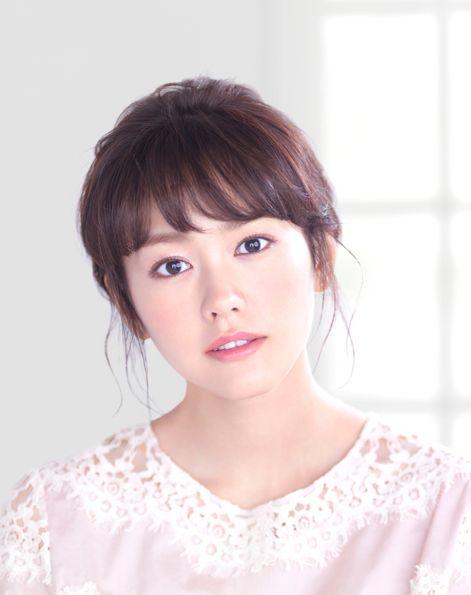 柔らかなピンクの服を着た桐谷美玲