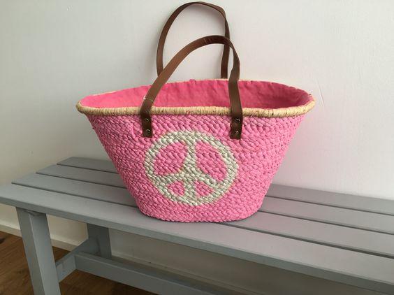 Pinke Korbtasche für den Frühling: http://www.blickfaenger-shop.de/epages/64235089.sf/de_DE/?ObjectPath=/Shops/64235089/Products/0152
