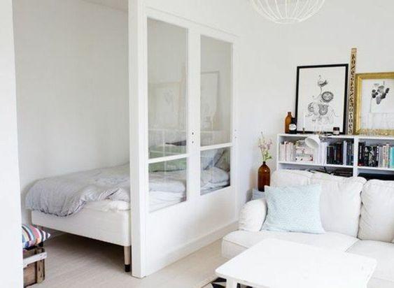 plan studio 20m2, sol en parquet beige, murs beiges, canape blanc dans le salon…