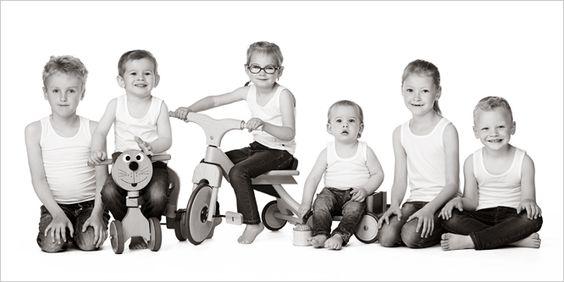 Kindershoot van alle kleine kinderen, verrassing voor oma... #kinderfotografie #zwartwit #groepsfoto #fotogeschenk #fotograafpatrick