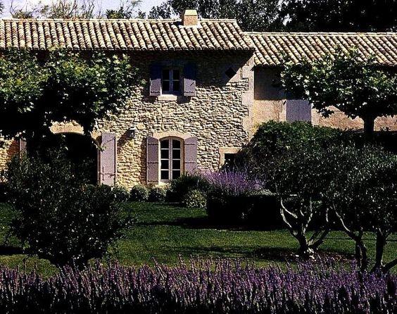 Casa in Provenza con persiane viola
