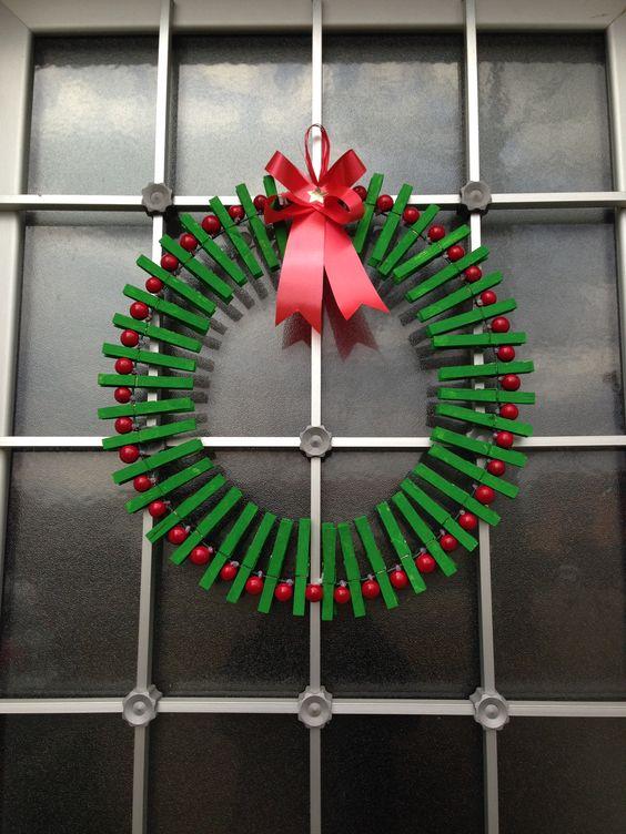 Corona natalizia con mollette