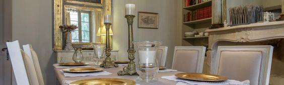świeczniki, lustro, postarzane meble, biele i szarości