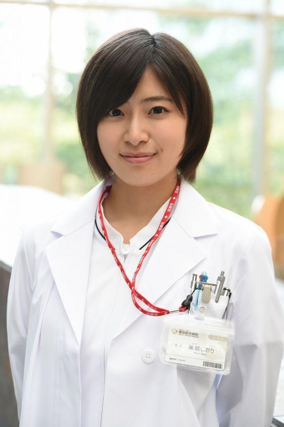 白衣姿の南沢奈央