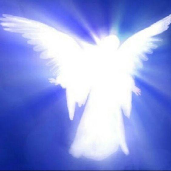 """Los Ángeles son mensajeros celestiales que entregan un mensaje a seres humanos, llevan a cabo la voluntad de Dios, alaban a Dios, son integrantes del ejército de Dios, o bien guardan el trono de Dios; """"santos"""" y """"huestes celestiales"""".:"""