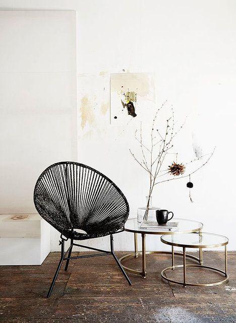 Set skleněných stolků s mosazným rámem je nejen vizuálním potěšením, ale jeho design zároveň flexibilně reaguje na prostorové možnosti. Menší stolek zapadá do většího, když ale bude potřeba, stačí ho jen vysunout. Cena 3784 Kč; Nordic day