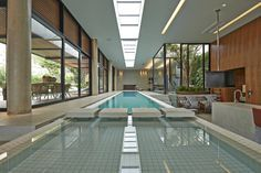 Piscina moderna e coberta. https://www.homify.com.br/livros_de_ideias/41180/5-projetos-de-arquitetura-com-piscinas-incriveis