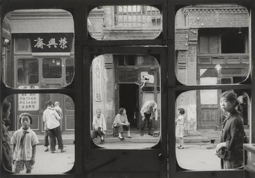 Marce Riboud, La rue Da Sha La vue à travers la vitrine d'un antiquaire, Pékin, 1965