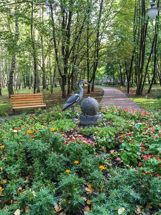 В осеннем парке Светлогорска еще очень зелено. Фото Жени Шведы