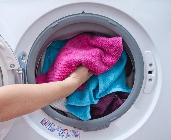 EVITA QUE TU ROPA SE DESTIÑA⁑   Para que tus prendas conserven sus radiantes colores, agrega una pizca de sal cuando las metas en la lavadora.