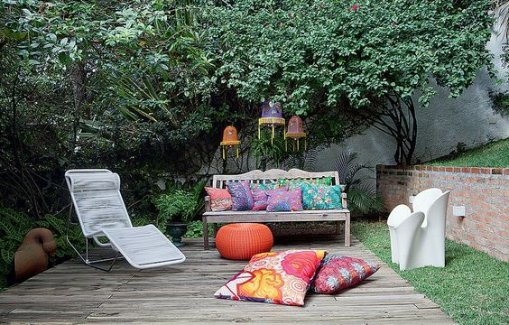 No jardim da estilista Adriana Barra, deque com espreguiçadeira. O banco tem almofadas com tecido tailandês e pufe. Presas aos galhos, lanternas chinesas de náilon compradas em viagem