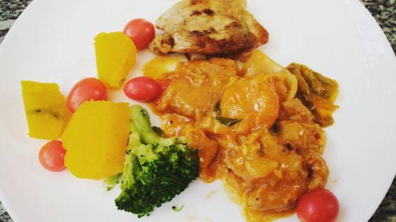 Almoço de hoje mais cedo: abóbora brócolis peixe e sobrecoxa de frango e tomate. Teve também um pratão de salada antes com alface rúcula tomate azeite e um pouco de arroz de couve-flor. #lchf #keto #kethosis #ceto #cetoadaptação #nosugar #semaçúcarcomafeto  #semaçúcar #dietacetogênica #cetose #cetosenutricional #comagordurapercagordura #lowcarb #lowcarbdiet #lowcarbhighfat #lowcarblifestyle #atkins #ComidaDeVerdade #BeDelicious #JejumIntermitente by lowcarblifestyle