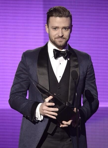 The AMAs tweeted out this photo of JT accepting his award for Best Male Pop/Rock Artist 2013 #suitandtie
